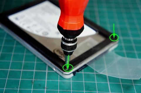 SSDのネジを締め付けます
