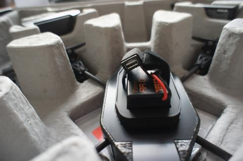 バッテリ取り付け、USBコネクタ