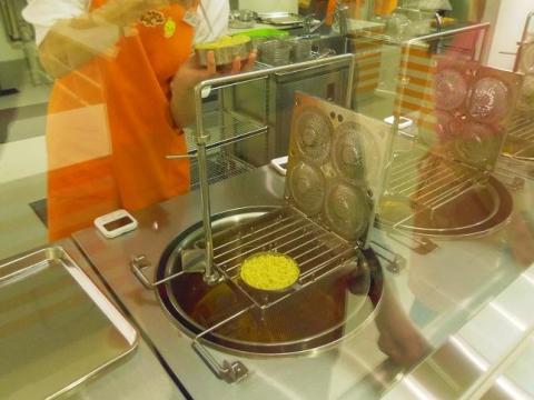 油で揚げてめんを乾燥させる「瞬間油熱乾燥法」