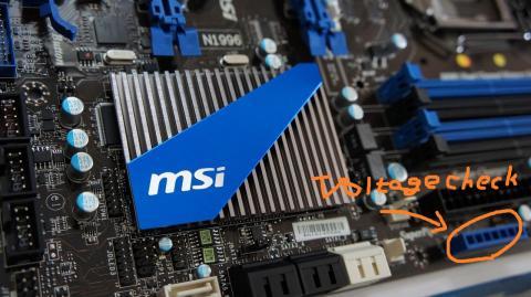 MSIの文字があしらわれたヒートシンク、薄さもさることながらデザインも悪くない。奥にある穴は「Vチェックポイント」、OC時にテスターなどで電圧を測ることができる。