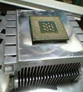 過去にやってしまったスッポ抜け(スッポン)。 CPUとCPUクーラーがしっかりと密着するためピンの固定をものともせず抜けてしまう