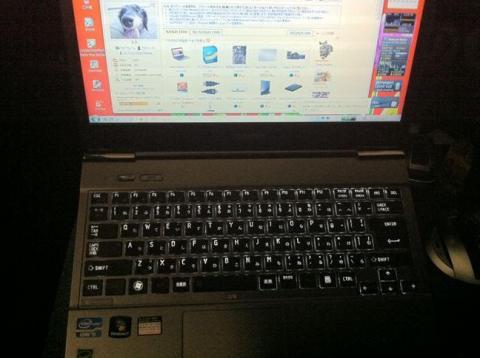 バックライトで浮かび上がるキーボード