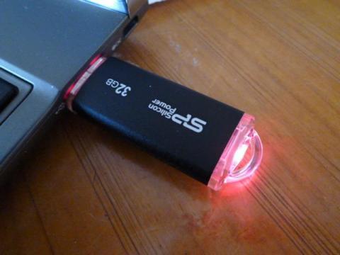 アクセス中は、赤いLEDが点きます。