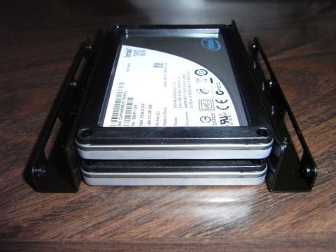 ブラケットに二台のSSDを取り付けた状態
