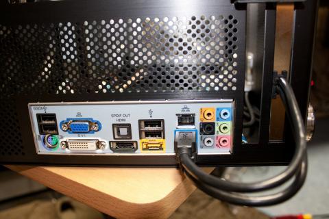 USB3.0ケーブルを付けていきます。