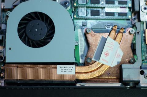CPUの熱は銅製のヒートスプレッダ、ヒートパイプ、ヒートシンクによって排熱される