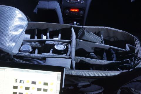 Loweproのカメラバッグの中はレンズやバッテリーなど…