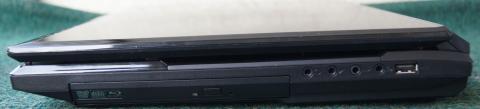 右サイドにはblu-ray/DVD/CDドライブの脇に7.1ch入出力+USBポートがある