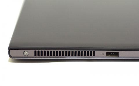 左側にはCPUクーラーの排気口とUSB2.0端子が1つ