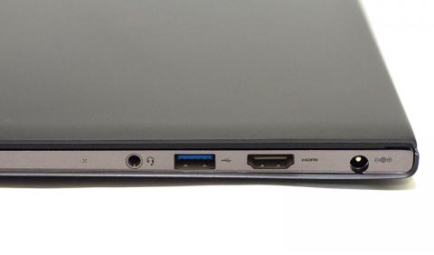 右側には電源コネクタ、HDMI、USB3.0、ヘッドフォン端子が並ぶ
