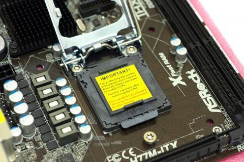 CPUソケットのレバーを起こす