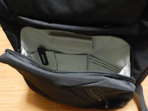 前には携帯電話やペンなどの小物が収納可能