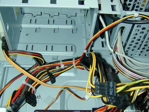 電源ケーブルはインシュロックで束ねられ、シャーシへ固定されています