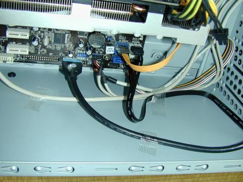 S-ATAコネクタや前面パネル用ケーブルはテープで固定されています