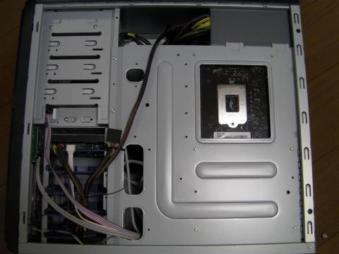 右側面(M/B裏側)です。CPUソケット周りにもメンテナンスホールがあります。