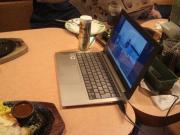 写真5:ファミレスにて食事中