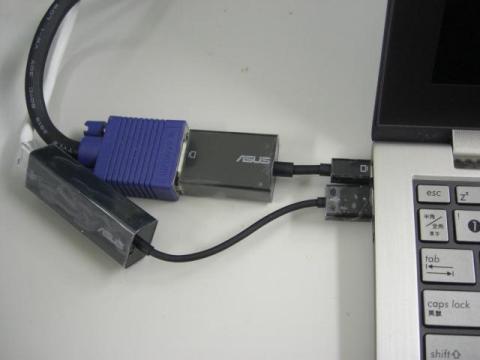 写真9:VGAアダプタとLANアダプタ(添付品)