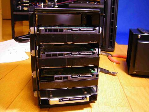 HDDゲージにはシリコングロメットを噛ませて設置するようになっており、振動に配慮されてます。
