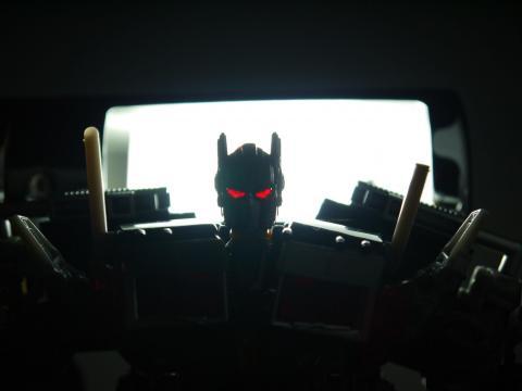 後頭部にライトを当てることで目を光らせることが可能!