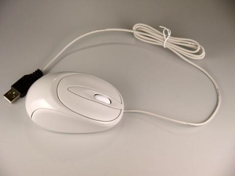 付属マウスはUSB有線タイプ。ケーブル長は約1.5m