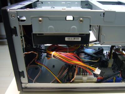 フロントパネル(プラスチック)は、パッチン止め。HDD下の空間がモッタイナイ