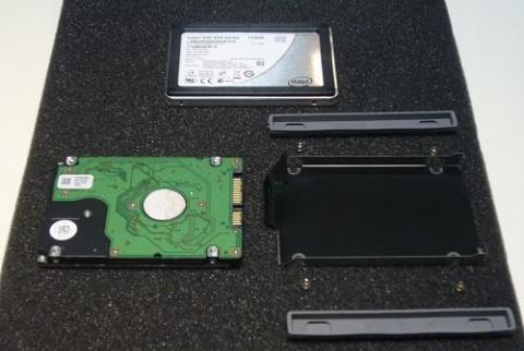 HDD右の板金部品がマウント。表面に絶縁フイルムが貼付られています。