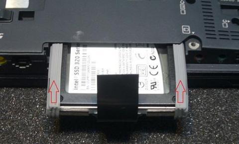 SSDは均等にしっかりと押し込みます