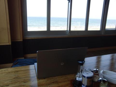 海辺のお店で.JPG